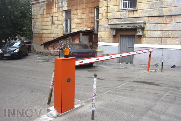 В столице демонтируют шлагбаумы на дворовых площадках