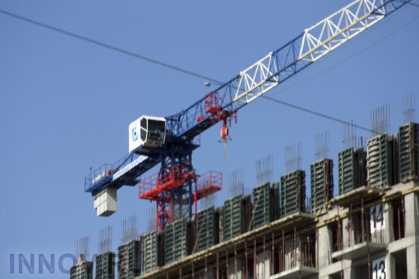 В проекте «Маяковский» строители монтируют фасады и приступили к остеклению квартир